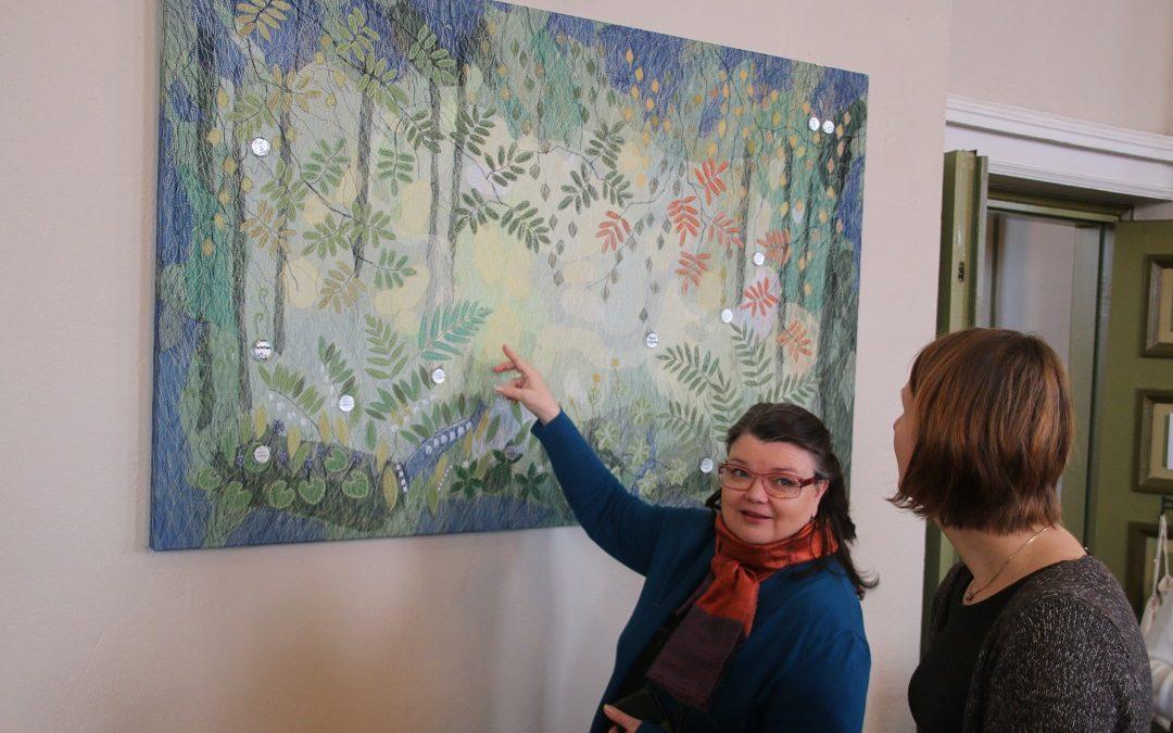 Helena Vaari suunnitteli kastetaulun Vihdin kirkkoon