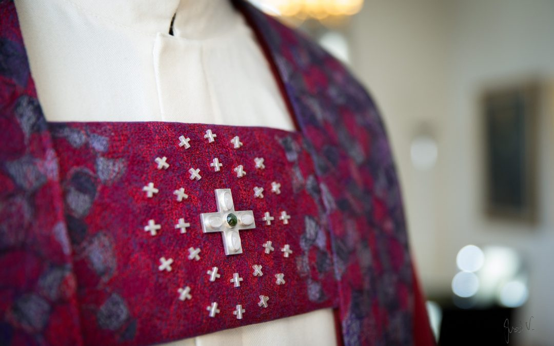 Helena Vaari suunnitteli ja taidekirjoi piispa Matti Revolle liturgiset vaatteet