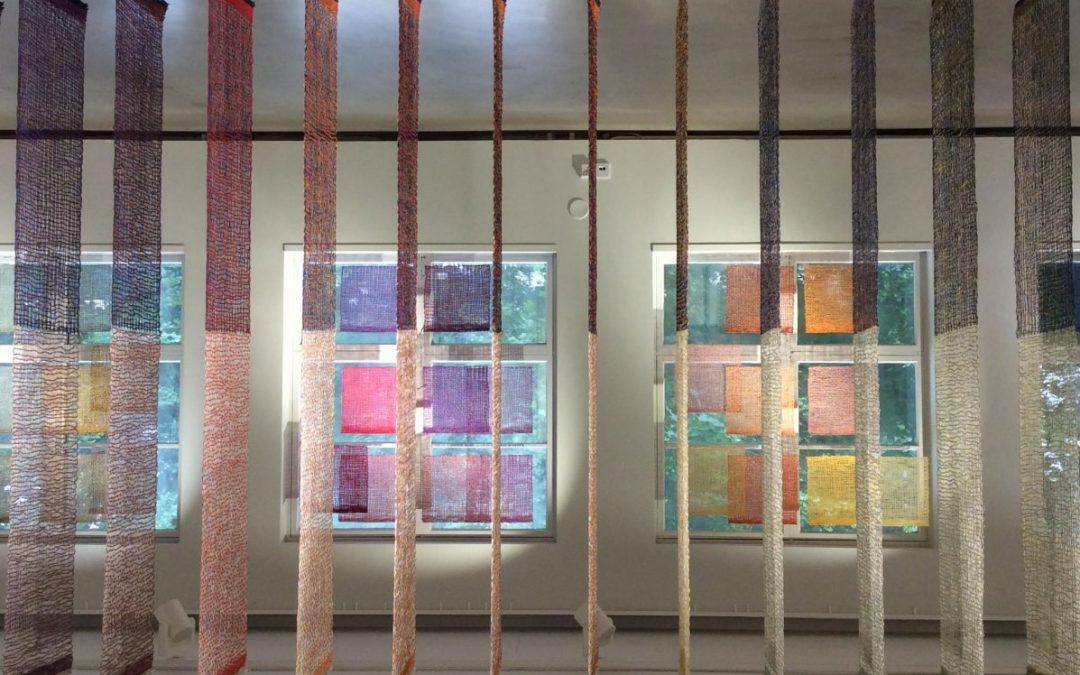 Merja Keskisen tekstiiliteokset levittäytyvät Galleria Pictoriin